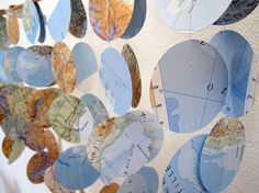 Eine GirLande aus Landkarten bei Sehnsucht, Reiselust, Fernweh oder einfach nur so – eine schöne Dekoration für Feste, Schlafzimmer, Arbeitszimmer, Wohnzimmer, Kinderzimmer … wo immer man denken kann! Die Girlande ist in Handarbeit aus recyltem Papier gefertigt. —————— Größe/Maße Länge ca. 2 Meter Kreis ø 5 cm Verwendete Materialien Vintage Papier und Garn