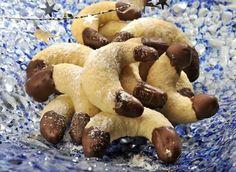 Ingredience: mouka pšeničná hladká 300 gramů, kypřící prášek do pečiva 1 špetka, moučka kokosová 120 gramů, máslo 150 gramů, cukr 100 gramů, vejce 1 kus, čokoláda na vaření 1 balení, tuk ztužený (100%) 2 lžičky, mouka (na vál). Slovak Recipes, Czech Recipes, Hungarian Recipes, Christmas Sweets, Christmas Baking, Churros, Macaroons, Christmas Cookies, Sweet Recipes