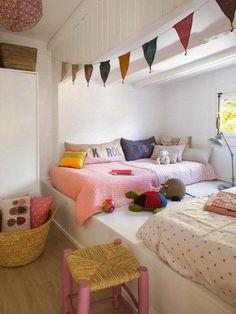 chambre d'ado fille, couverture de lit en rose, meubles chambre ado