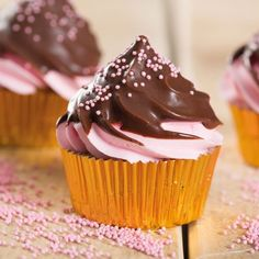 In this recipe we explain you step by step how to make these tasty cupcakes with chocolate dip. First bake the cupcakes with the FunCakes mix. Chocolate Dipped Cupcakes, Swirl Cupcakes, Chocolate Swirl, Yummy Cupcakes, Chocolate Recipes, Cupcake Cakes, Delicious Deserts, Yummy Food, Muffins