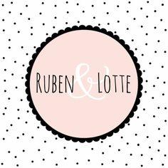 Zwart/wit/roze trouwkaartje met stippenachtergrond en tekstcirkel.
