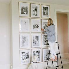 Paredes com um bom pé direito e lotada de fotos, quem nunca sonhou com isso? By The Ivory Lane