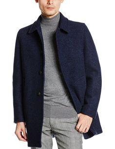 """秋冬のメンズファッションに「タートルネックニット」は欠かせないアイテムだ。ジャケットやスーツスタイルにハイゲージニットをあわせたドレッシーな着こなしから、ケーブルニットでワイルドに仕上げた着こなしまでコーディネートのバリエーションは豊かだ。今回は、タートルネックニットにフォーカスして注目の着こなし&アイテムをピックップ! タートルネックニットとは? タートルネックとは、周知の通り首に密着する丸い高襟のことで、亀の首に似ていることからそう呼ばれる。シックでドレスな雰囲気のハイゲージニット製のものから、ラフでカジュアルな雰囲気のローゲージニット製、ケーブルニット製のタイプまで幅広く存在する。 ちなみにタートルネックはアメリカ英語であり、イギリス英語ではポロ競技者のユニフォームに形状が似ていることから「ポロネック(polo neck)」と呼ばれるのが一般的だ。さらにフランス語では煙突のような襟という意味で「コル・シュミネ(col cheminée)」、ほぼ死語になりつつあるが日本ではその形状から「トックリ(徳利)」と呼ばれることも。 タートルネックセーターは""""準フォー..."""