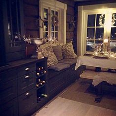Dinning Nook, Interior Window Trim, Cabin Kitchens, House Inside, Log Homes, Cozy House, My Dream Home, Decoration, Bedroom Decor