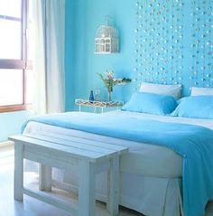 Lichte slaapkamer met bijpassend beddengoed. Hier is met behulp van een muur en beddengoed in dezelfde kleur een mooie combinatie ontstaan. Het frisse blauw en wit past prachtig bij elkaar.