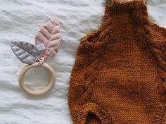 🍂❄️ _____________________________________________________________ #rangle #biderangle #bladrangle #rattle #bladrangle #babylegetøj #baby #rattle #woodenrattle #strik #strikk #babystrik #babystrikk #romper #littleedithsromper #lilleoktober