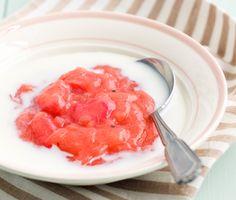 Recept på en utsökt och somrig efterrätt gjord på rabarber. Rabarberkräm med kardemumma fixar du snabbt av bland annat socker, kardemumma, rabarber och potatismjöl. Servera den lena krämen med mjölk till dessert.