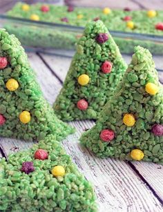 This rice krispy treat recipe makes the cutest Christmas trees ever! Perfect for the holidays, tasty, and the whole family can join in to make them. Homemade Christmas, Christmas Desserts, Holiday Treats, Christmas Treats, Christmas Baking, Christmas Cookies, Christmas Recipes, Holiday Recipes, Winter Treats