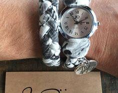 Montre bracelet femme, à enrouler, tressé, tissus coton, gris, blanc. Breloque catus, argent. Ajustable avec chainette. Etsy, Watches, Silver, Unique Jewelry, Objects, Braid, Wristwatches, Fabrics, Clocks