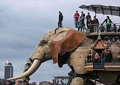 Royal de Luxe é uma companhia francesa de teatro de rua, que se caracteriza por usar marionetes gigantes em suas obras.