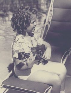 Shirley TEMPLE (1928-2014) ***** #18 AFI Top 25 Actresses, playing the ukulele