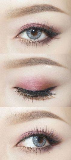 Maquillaje para ojos encapotados o con párpados caídos. Rosa y dorado con un delineado clásico de gato.