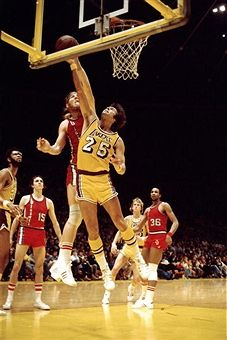 Gail Goodrich of the Los Angeles Lakers goes up for a layup against Bill Walton of the Portland Trail Blazers during an NBA game circa 1976 at the Forum in Inglewood, California. Portland Trail Blazers, Sports Games, Sports Art, Gail Goodrich, Bill Walton, Nba Los Angeles, Pro Basketball, Aba, Inglewood California