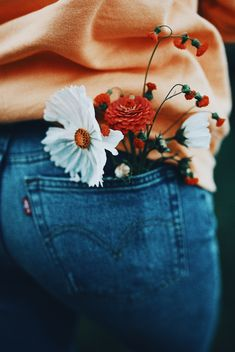 back pocket blooms photography artsy WeLoveHome - All about joyful, soulful living Photo Portrait, Jolie Photo, Photography Poses, Spring Photography, Photography Flowers, Vsco Photography Inspiration, Aesthetic Photography Nature, Yellow Photography, Happy Photography