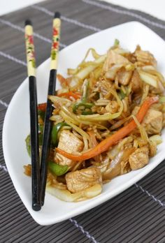 Chicken and vegetables fried rice is an eastern-style dish that you can serve in small portions with other oriental food or as a main course. Vegetable Fried Rice, Fried Vegetables, Chicken And Vegetables, Asian Chicken Recipes, Asian Recipes, Ethnic Recipes, Cena Light, Healthy Cooking, Healthy Recipes