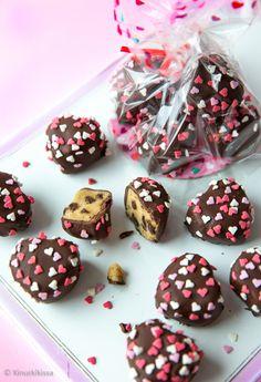 Cookie dough eli raaka pikkuleipätaikina on ainakin minusta parempaa sellaisenaan - mitä suotta paistamaan! Taikinakonvehdit on kuorrutettu suklaalla.