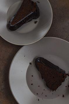 Bundt cake de chocolate, caramelo y café Desserts, Food, Gourmet, Chocolate Sponge Cake, Frosting, Skewers, Custard, Candy, Deserts