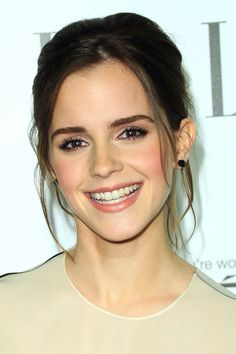 Basic look, eyeliner and natural color lipstick. Emma Watson makeup