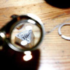 Through my loupe  #jewelrybench #shinny #diamond #wip #joalheria #bancada #designbrasileiro #arte