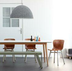 Retro Eettafel van Ruijch, Lloyd Bench van Functionals, hanglamp Under the Bell van Muuto en de Wendela stoelen van Functionals...