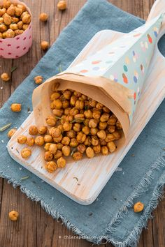 The baked crispy chickpeas are an easy, fast and delicious vegan snack. They have few calories they are protein and perfect for the aperitif. Menu Rapido, I Love Food, Good Food, Dog Food Recipes, Healthy Recipes, Crispy Chickpeas, Weird Food, Vegan Snacks, Antipasto
