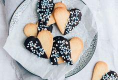Kraamkoekjes met muisjes (Geboortetraktatie) - Uit Pauline's Keuken Dutch Recipes, Babyshower, Sweets, Cookies, Baking, Ethnic Recipes, Desserts, Foods, Crack Crackers