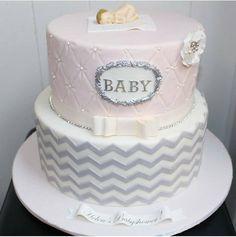 : @kyndomello. #herlig #baby #kake #inspirasjon. #rosa #pink #grey #cake #detlilleekstra #dinbabyshower #nettbutikk #babyshower #dåp #navnefest www.dinbabyshower.no