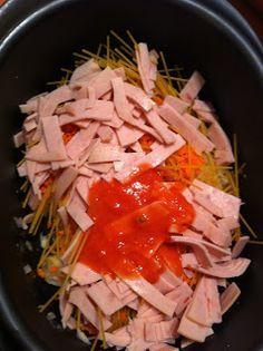 pâtes à la tomate à l'ultra pro de tupperware 250 gr de coquillettes 4 tranches de jambon blanc 2 carottes 1 oignon 500 ml de coulis de tomates 200 ml de crème liquide 125 gr de gruyère râpé