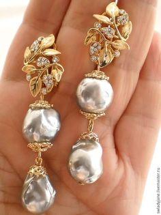 Découvrez un nos magnifiques colliers pierre de lune ! Vous découvrirez un grand nombre de colliers différent ! N'hésitez pas à venir jeter un coup d'oeil à notre boutique Pierre-lune.fr ! Vous ne serez pas déçue ! Diamond Brooch, Art Deco Diamond, South Indian Jewellery, Indian Jewelry, Luxor Egypt, Memento Mori, Belle Epoque, British Museum, Indian Wear
