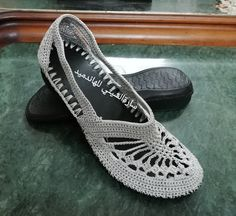 Roll up bling sock boots Crochet Shoes Pattern, Shoe Pattern, Knitting Yarn, Knitting Patterns, Crochet Patterns, Crochet Baby Booties, Crochet Slippers, Crochet Mobile, Tory Burch Flats