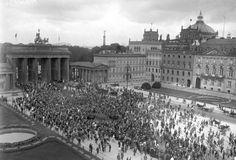 Verfassungsfeier der Weimarer Republik vor dem Brandenburger Tor am 11. August 1923