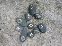 Paint Stones: 101 ideas for a beautiful DIY decoration - DIY Jewelry Stone Ideen Pebble Painting, Pebble Art, Stone Painting, Rock Painting Designs, Paint Designs, Ancient Aliens, Nature Design, Girls Night Crafts, Beach Stones