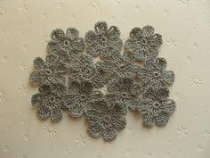 Fleurs au crochet en coton gris, 3 cm, appliques : Ecussons, appliques par aux-fils-du-bocage