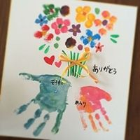今、手形アートが流行っているのをご存知ですか? 子供が小さい時だからこそ、成長記録としても残せる手形アート。 この夏の思い出に是非親子で試してみては?