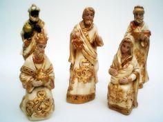 Peças em gesso, pintadas com técnica de envelhecimento e detalhes com dourado. <br> <br>Medidas: Personagens em pé - 18 cm e ajoelhados - 12 cm