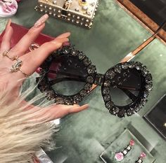 Image discovered by Find images and videos about girl, hair and makeup on We Heart It - the app to get lost in what you love. Fake Glasses, Cool Glasses, Glasses Frames, Cute Sunglasses, Sunglasses Women, Sunnies, Moda Geek, Fashion Eye Glasses, Sunglass Frames