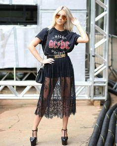 Dupla estilosa: t-shirt + saia fashionista. T-shirt preta com estampa de banca, saia preta transparente, sandália preta com salto