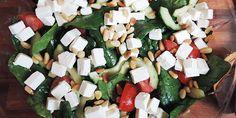 Spinatsalaten set fra oven med masser af feta på toppen Feta, Oven, Smuk, Cheese, Dressing, Salads, Spinach Salads, Ovens