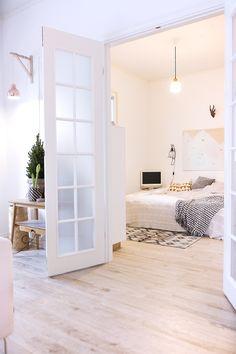 【空間を分けたり繋げたり】フレンチドアの向こうのベッドルーム   住宅デザイン