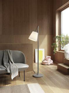De vertrouwde Scandinavische Pull lamp in een nieuwe kleur: grijs met wit textielen kap. Een huiselijke design lamp voor naast de zitbank of fauteuil. #muutolighting #muutolamp #pullfloorlamp #