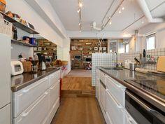 『イエナカ手帖』に投稿されたアユアカさんの記事 - タカラスタンダードのシステムキッチン『タイトル:タカラスタンダードのホーローシステムキッチン・Edelエーデル(Mタイプ)』です。家の中(イエナカ)の知識や工夫を共有して、イエナカの暮らしをもっと楽しもう! Kitchen Island, Kitchen Cabinets, Kitchen Interior, Home Kitchens, Table, Room, House, Furniture, Home Decor