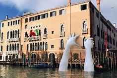 Las manos de Lorenzo Quinn 'salvan' un palacio veneciano