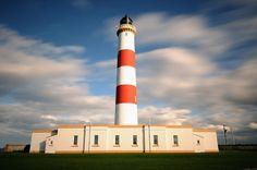 Tarbat Ness lighthouse (near Portmahomack), Easter Ross, Scotland. Photo by Ian Cowe