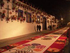 Huamantla en Tlaxcala Declarado Pueblo Mágico en 2007.  Este pueblo de origen otomí se encuentra a 45 kms de la ciudad de Tlaxcala y es cuna de los titeres y de los hermosos tapetes de flores que cubren sus calles durante las fiestas de la Virgen de la Asunción.