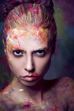 Modelos com os rostos pintados e coloridos na fotografia fashion de Anna Kirikova