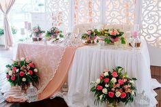 Очаровательная пионовая свадьба Антона и Ольги, стол молодоженов - The-wedding.ru
