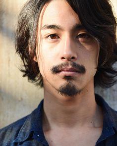 画像に含まれている可能性があるもの:1人、クローズアップ Hair Cuts, Hairstyle, Long Hair Styles, Photo And Video, Beards, Portraits, Geek, Suit, Japan