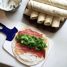 Wraps - 3 recipes to change your aperitif - 1 jar of ricotta g) - 4 poig . - Wraps – 3 recipes to change your aperitif – 1 jar of ricotta g) – 4 handfuls of arugula - Tapas, Clean Eating Snacks, Healthy Snacks, Healthy Recipes, Antipasto, Fingerfood Party, Good Food, Yummy Food, Wrap Sandwiches