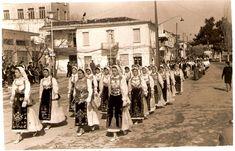 Livanates parade Greek Costumes, Greeks, Folk, Street View, America, Memories, Traditional, Board, Memoirs