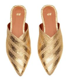 Mules in braided straw with a printed metallic design and pointed toes. Satin lining, faux leather insoles, and rubber soles. Source by mariacreisson shoes outfit Gold Fashion, Fashion Shoes, Gold Mules, Gold Boots, Zeina, Women's Slip On Shoes, Toe Shoes, Metallic Shoes, Mules Shoes
